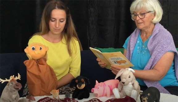 Två kvinnor läser sagor